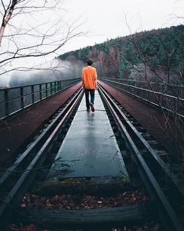Фото Парень идет по рельсам, проходящим через мост, by Long-Nong Huang
