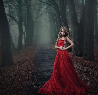 Фото Модель Юлиана в красном длинном платье стоит на тротуаре, фотограф Александра Шимолина