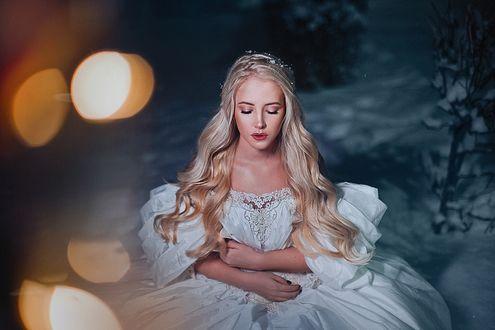 Фото Модель Карина Шкарина в белом платье стоит на снегу, фотограф Александра Шимолина