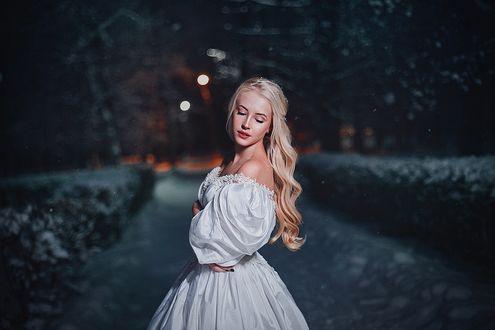 Фото Модель Карина Шкарина в белом платье стоит на тротуаре, фотограф Александра Шимолина