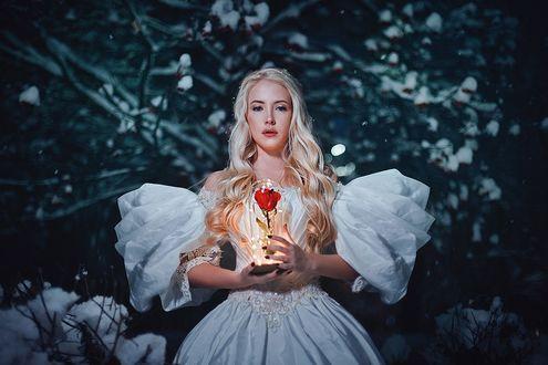 Фото Модель Карина Шкарина в белом платье стоит с розой в руках, фотограф Александра Шимолина