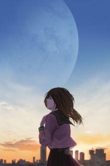 Фото Школьница с закрытыми глазами приложила руку к груди, стоя на фоне города