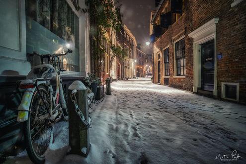 Фото Велосипед на заснеженной улице, by Martin Podt