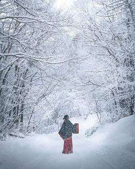 Фото Девушка в традиционной одежде стоит в зимнем лесу, by Hiroki