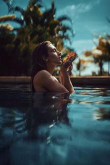 Фото Модель Priscila в воде с листком в руках, фотограф Thiago Bomfim