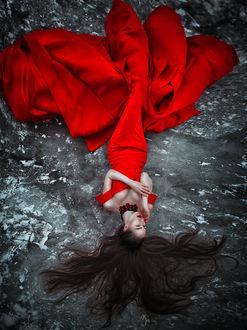 Фото Девушка в длинном красном платье лежит на замерзшей земле, фотограф Светлана Беляева