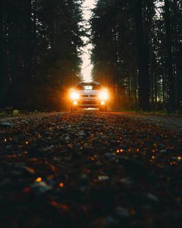 Фото Авто на дороге с включенными фарами