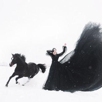 Фото Девушка в пышном черном платье стоит рядом с лошадью, by Jovana Rikalo
