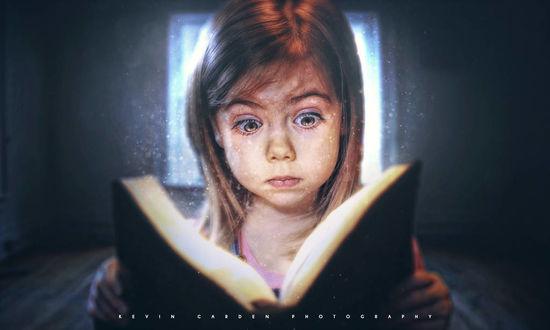 Фото Удивленная девочка смотрит в книгу, by kevron2001