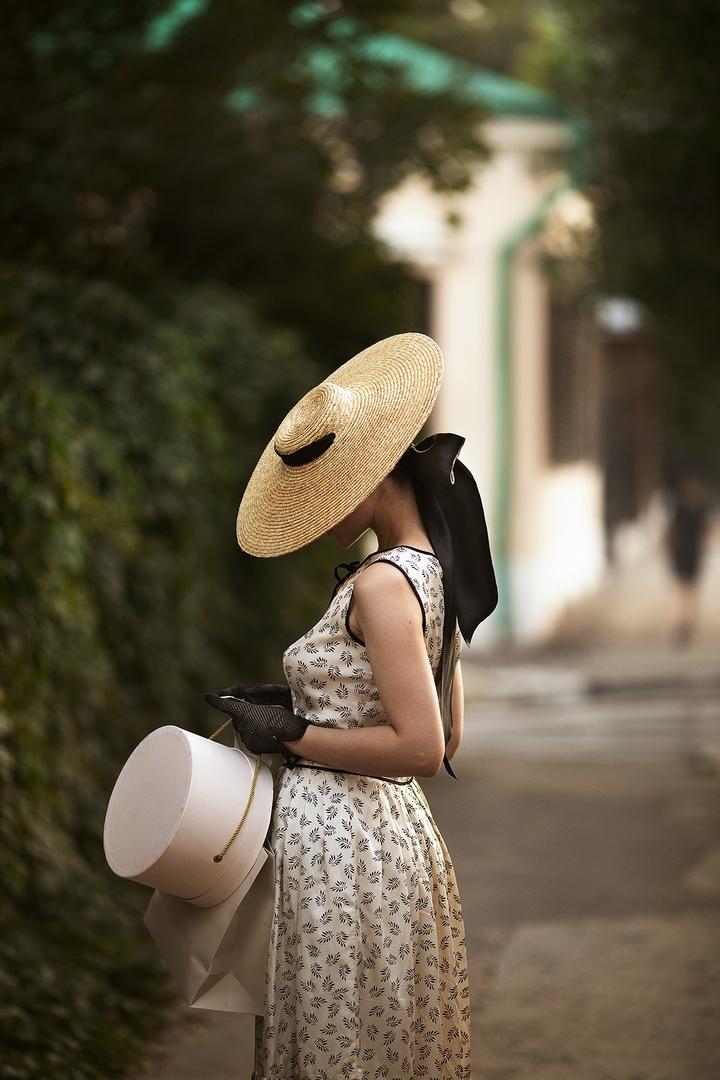Фото Девушка в шляпе и перчатках стоит на тротуаре, фотограф Екатерина Ромакина