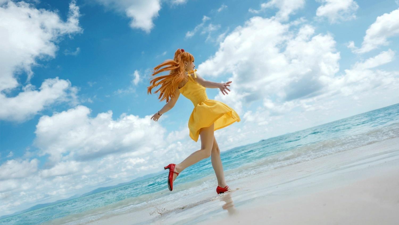 Фото Косплей Asuka Langley / Аска Лэнгли бежит к морю из аниме Evangelion / Евангелион