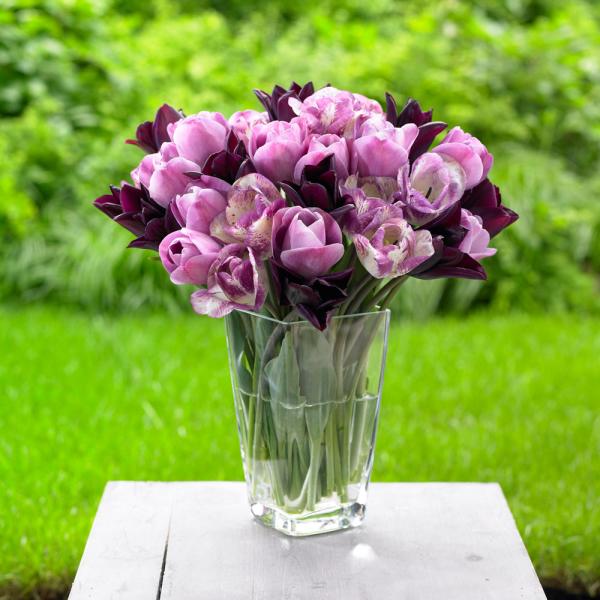 Букет тюльпанов на столе
