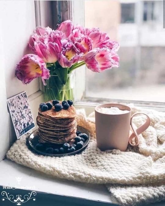 Фото Тюльпаны в вазе, блины с черникой и чашка чая у окна