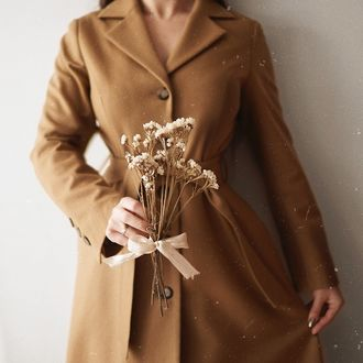 Фото Девушка в пальто с цветами в руке, by Paulina Ostrowska