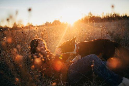Фото Девочка с собакой в траве, фотограф Мария Струтинская