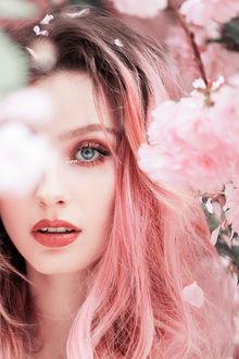 Фото Девушка с розовыми волосами у весенней цветущей ветки, by Jovana Rikalo