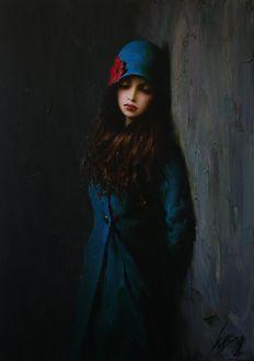 Фото Девушка в синем пальто и шляпке стоит у стены