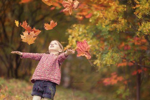 Фото Девочка стоит под листопадом. Фотограф Ольга Стырова