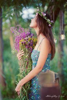 Фото Девушка в венке с букетом полевых цветов, by Loreta