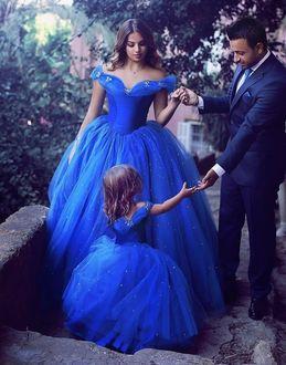 Фото Красивая семья на природе