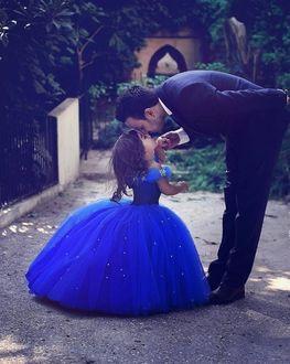 Фото Отец целует свою красавицу-доченьку