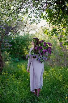 Фото Девушка с сиренью идет по весеннему саду, фотограф Loreta