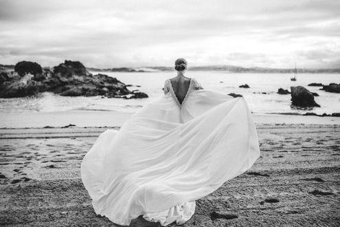 Фото Девушка - невеста бежит к морю