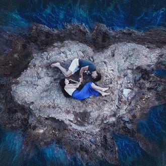Фото Вид сверху на влюбленных лежащих на островке (© Margo Fly), добавлено: 10.02.2019 01:29
