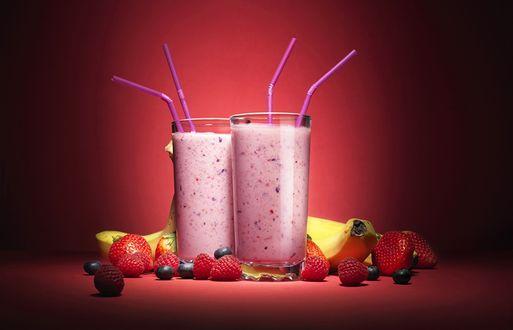 Фото Стаканы с фруктовыми коктейлями, рядом лежат фрукты и ягоды