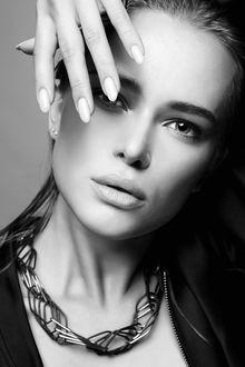Фото Девушка держит руку у лица, фотограф Eugene Ustyuzhanin