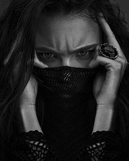 Фото Модель Miryam M. держит руки у лица, фотограф Sebаstian Schuler
