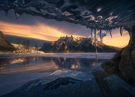 Фото Вид из пещеры, образованный зимой, когда уровень озера замерзает, падает и затем замерзает, by Marc Adamus (© zmeiy), добавлено: 12.02.2019 08:54