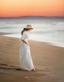 Фото Девушка в длинном платье стоит на побережье. Фотограф Lilia Alvarado