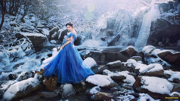 Фото Девушка в длинном платье стоит на камнях, (Deng dao vision)