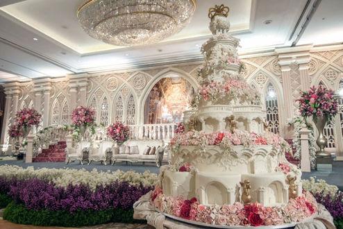 Фото Роскошный свадебный торт в дорогом интерьере