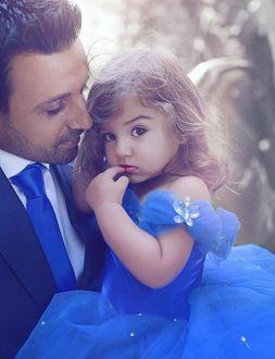 Фото Отец со своей маленькой доченькой