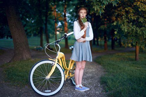 Фото Модель Даша стоит рядом с велосипедом. Фотограф Александр Виноградов
