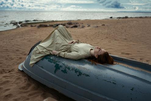 Фото Модель Маша лежит на перевернутой лодке. Фотограф Daria Slonova