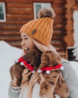 Фото Девушка держит на руках щенков