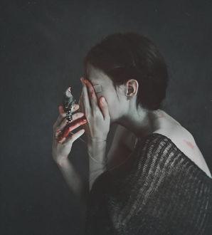 Фото У девушки на руке в крови сидит птичка, by NataliaDrepina