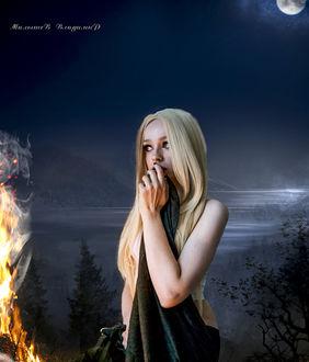 Фото Девушка ночью в лесу под луной возле горящего огня, боязливо слушает тишину, фотограф Малышев Владимир