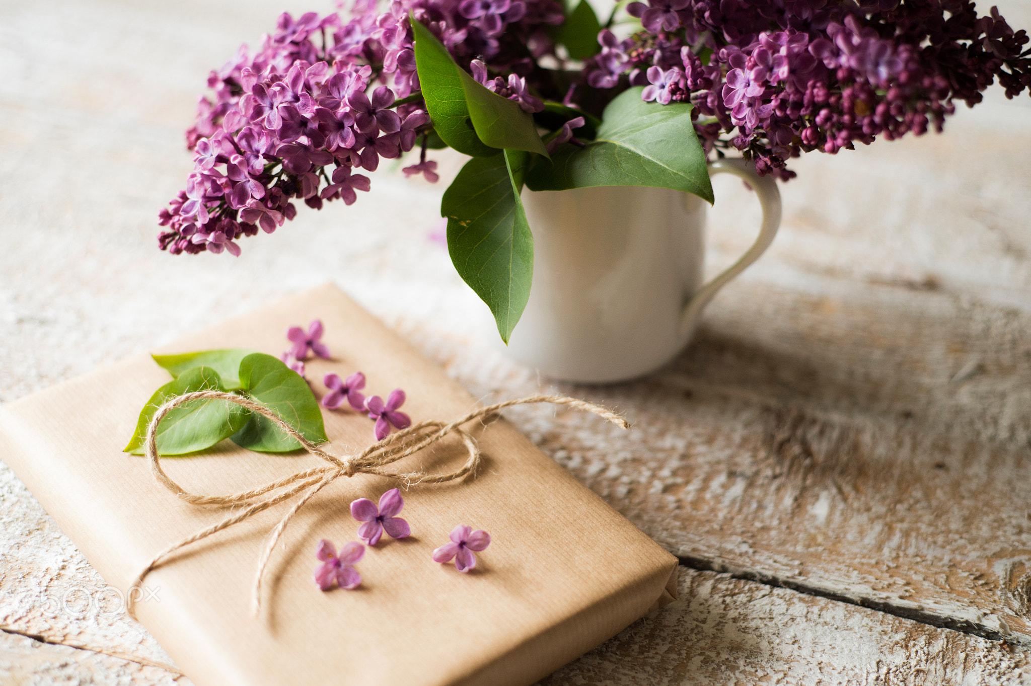 Фото Чашка с сиренью и сверток с цветочками сирени на дощатой поверхности, by Jozef Polc