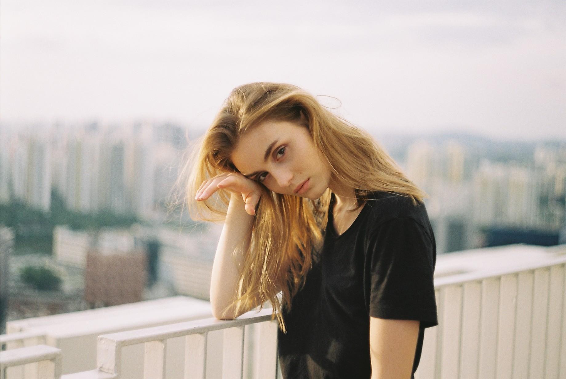 Фото Девушка с длинными волосами стоит на фоне города, by wolfboytroy