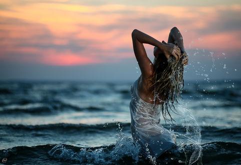 Фото Девушка в белом облегающем платье стоит в воде и держит руки на мокрых волосах, фотограф Andrey Sorokin