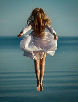 Фото Модель Настя в белом платье парит над водой. Фотограф Сергей Гокк