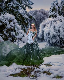 Фото Девушка со скрипкой в руках стоит на снегу, by Irina Dzhul
