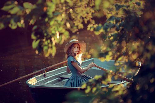 Фото Девочка в шляпке сидит в лодке на воде, фотограф Kate BLC