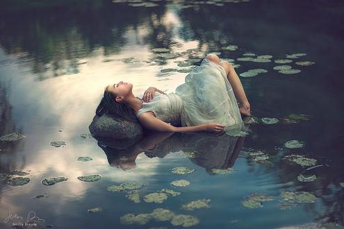 Фото Девушка лежит на камне в воде, by Jessica Drossin