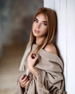 Фото Модель Любовь стоит у стены, фотограф Сергей Сорокин