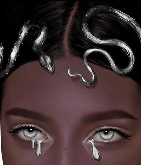 Фото Портрет девушки со змеями на голове и слезами в глазах